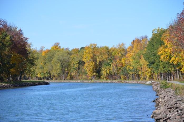 101916_bonus_autumn-on-the-canal